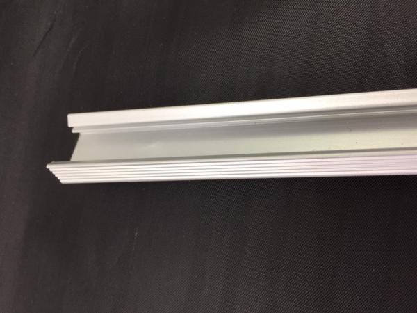 Canaleta de aluminio de 1 metro para tiras led de 12 voltios. Sin difusor